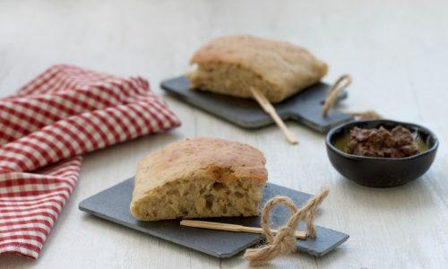 Focaccia con pestato di olive, ricetta lievitata