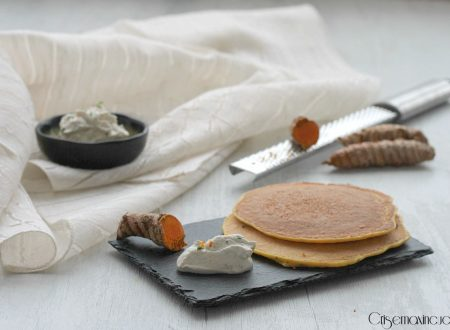 Pancakes salati alla curcuma.