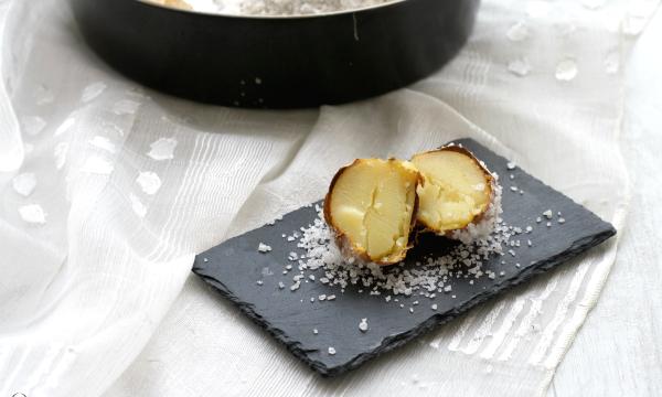 Patate al forno in crosta di sale alle erbe aromatiche