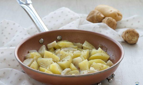 Patate e topinambur in padella, ricetta facile e veloce