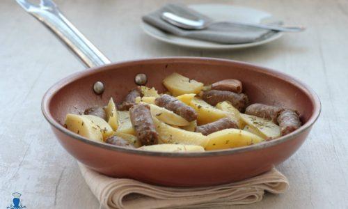 Salsiccia e patate in padella, ricetta facile e veloce