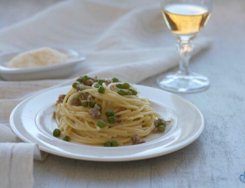 Spaghetti piselli e salsiccia, ricetta facile e gustosa