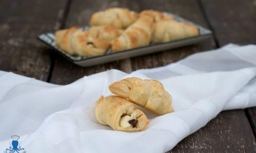 Croissant di sfoglia con ricotta e gocce di cioccolato