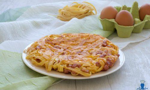 Frittata con tagliatelle e prosciutto, ricetta sfiziosa