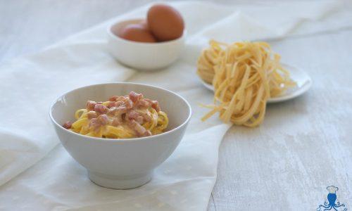 Tagliatelle con prosciutto e uova, ricetta facile e veloce