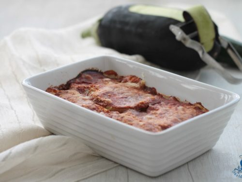 Parmigiana di melanzane e zucchine grigliate, ricetta leggera