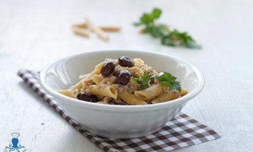 Pasta  con tonno e olive taggiasche, ricetta facile e veloce