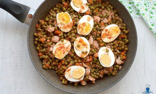 Piselli in umido con tonno e uova sode, ricetta facile