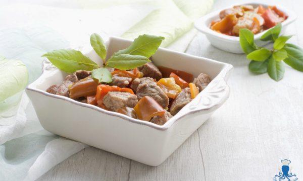 Spezzatino di manzo con i peperoni, ricetta della festa