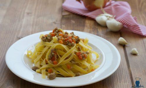 Tagliatelle al sugo di salsiccia in bianco, ricetta facile