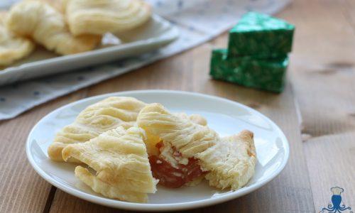 Sfogliatelle salate con formaggio e salame, ricetta sfiziosa