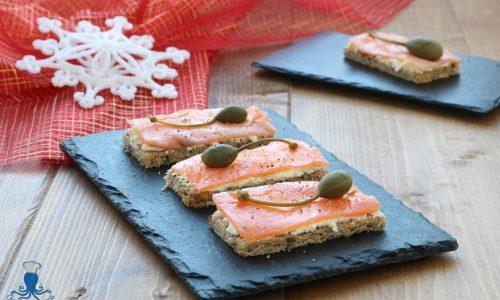 Tartine al salmone e robiola, ricetta raffinata delle feste