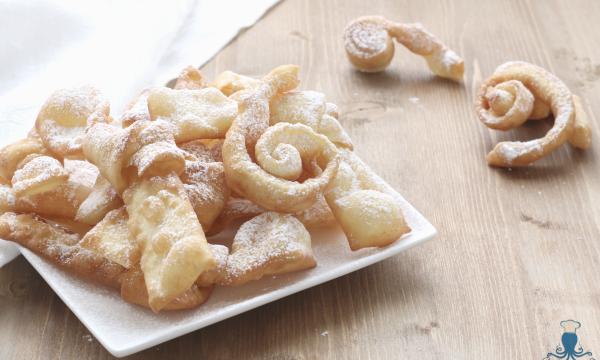 Bugie o chiacchiere allo spumante dolce, ricetta di Carnevale