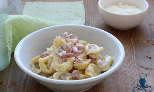 Tortellini panna e prosciutto, primo piatto gustoso e di facile preparazione