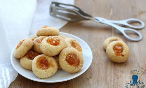 Biscotti alle mandorle con la marmellata, ricetta golosa