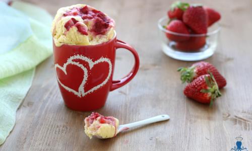 Mug cake alle fragole senza zucchero, ricetta al microonde