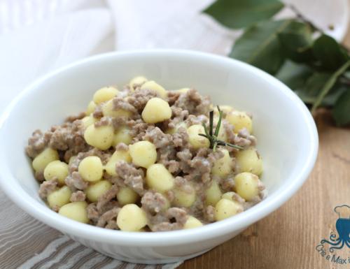 Gnocchi con ragu' bianco e crema al parmigiano, ricetta raffinata
