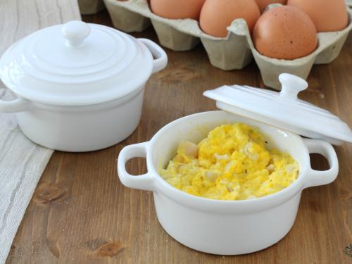 Uova strapazzate al microonde, ricetta facile e veloce.