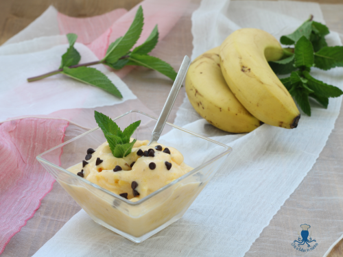 Gelato alla banana con gocce di cioccolato, ricetta con estrattore