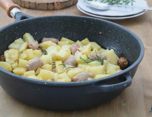 Patate, salsiccia e provola, ricetta secondo piatto saporito e facile