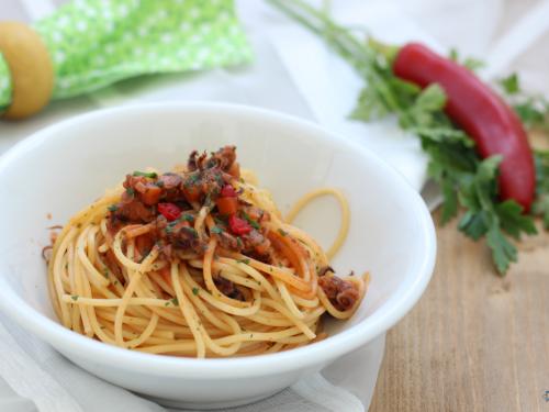 Pasta con sugo di calamari, primo piatto saporito e sfizioso