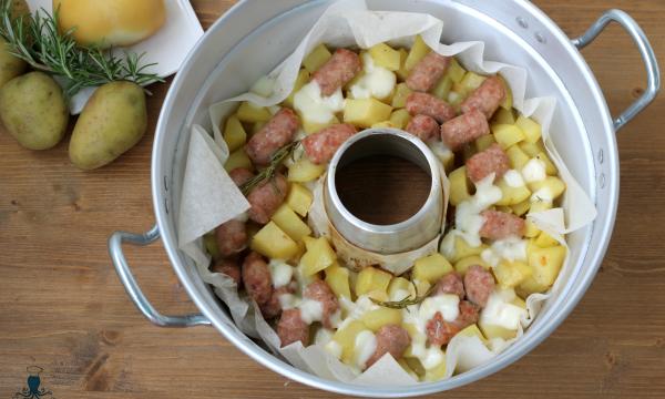 Salsiccia patate e provola, secondo piatto cotto nel fornetto Versilia.