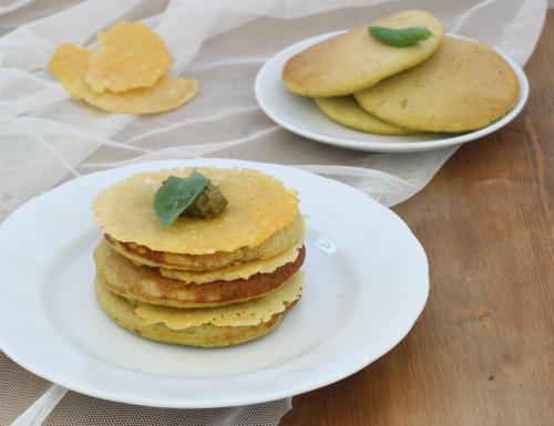 Pancake al pesto con cialda di parmigiano, ricetta raffinata