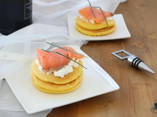 Pancake al salmone, ricetta raffinata di facile e veloce preparazione