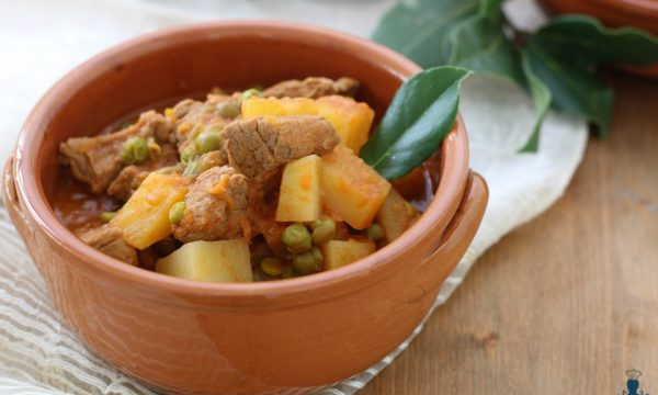 Spezzatino con patate e piselli, ricetta con e senza Bimby