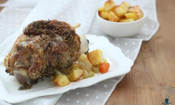 Stinco con le patate, ricetta elegante per le feste.