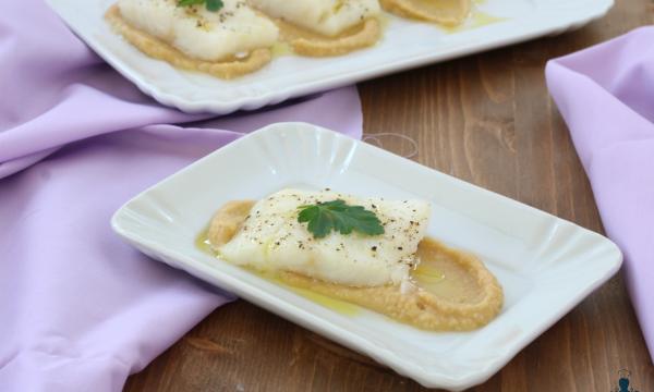 Baccalà con crema di ceci, ricetta raffinata di facile preparazione.