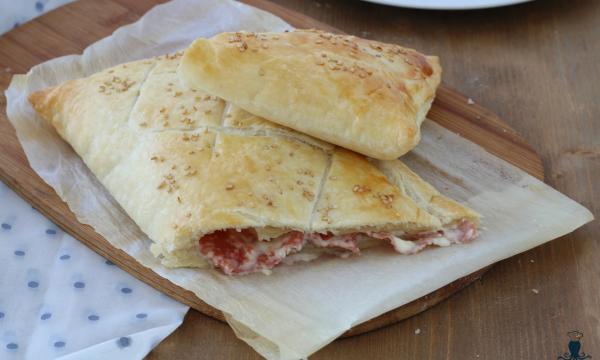 Strudel salame e stracchino, ricetta sfiziosa di facile preparazione