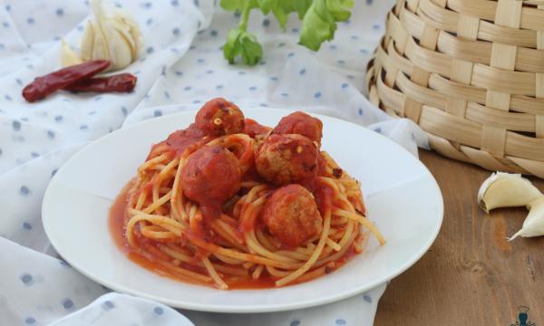 Spaghetti con le polpettine, ricetta saporita della domenica.