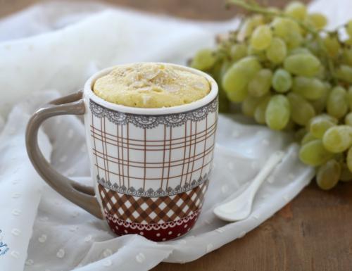 Mug cake alle mandorle e uva, ricetta vegana al microonde.