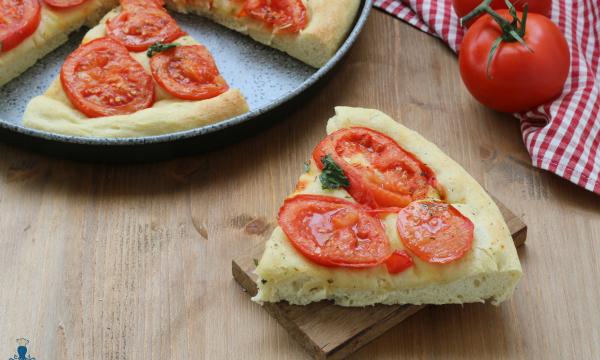 Focaccia al pomodoro fresco, ricetta facile e sfiziosa passo a passo