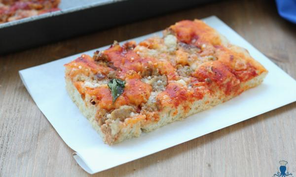 Pizza con la salsiccia, ricetta lievitata gustosa e sfiziosa