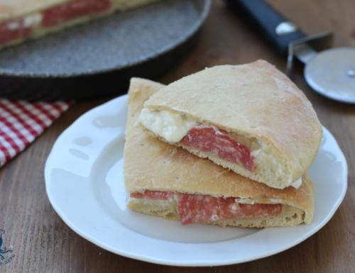Focaccia ripiena stracchino e salame, ricetta lievitata sfiziosa