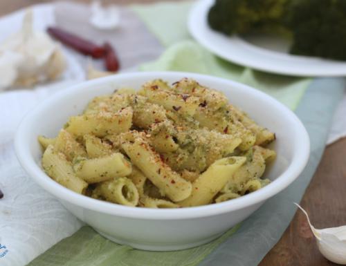 Pasta broccoli e mollica croccante, ricetta di facile preparazione.