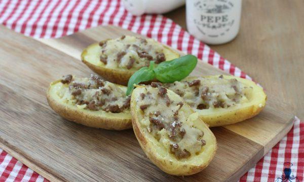 Patate al forno ripiene, ricetta sfiziosa con carne e formaggio