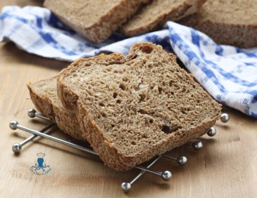 Pane nero con la macchina del pane, ricetta facile e salutare