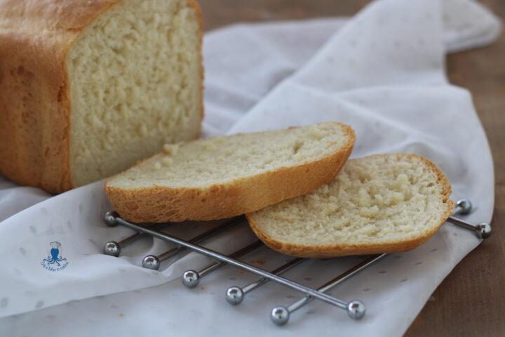 Pane al latte con la macchina del pane