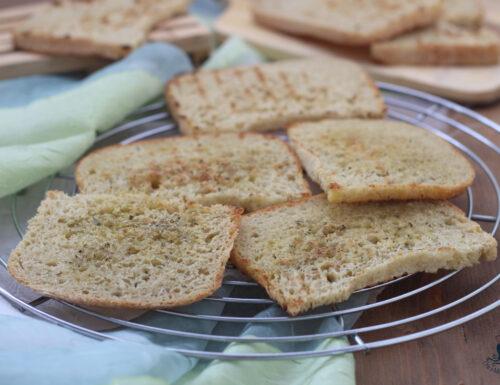 Pane bruschettato in padella, ricetta sfiziosa e di facile preparazione