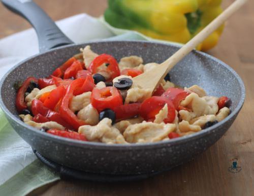Straccetti di pollo con peperoni e olive, ricetta facile