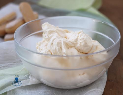 Crema al mascarpone e panna, per tiramisù e torte farcite.