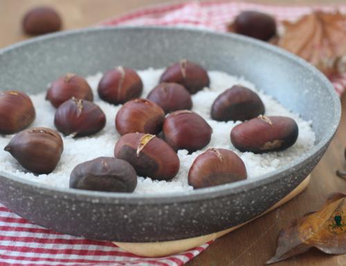 Castagne in padella al sale, ricetta di facile preparazione.