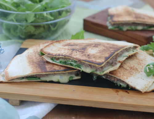 Piadina con carne e formaggio, ricetta facile e sfiziosa.