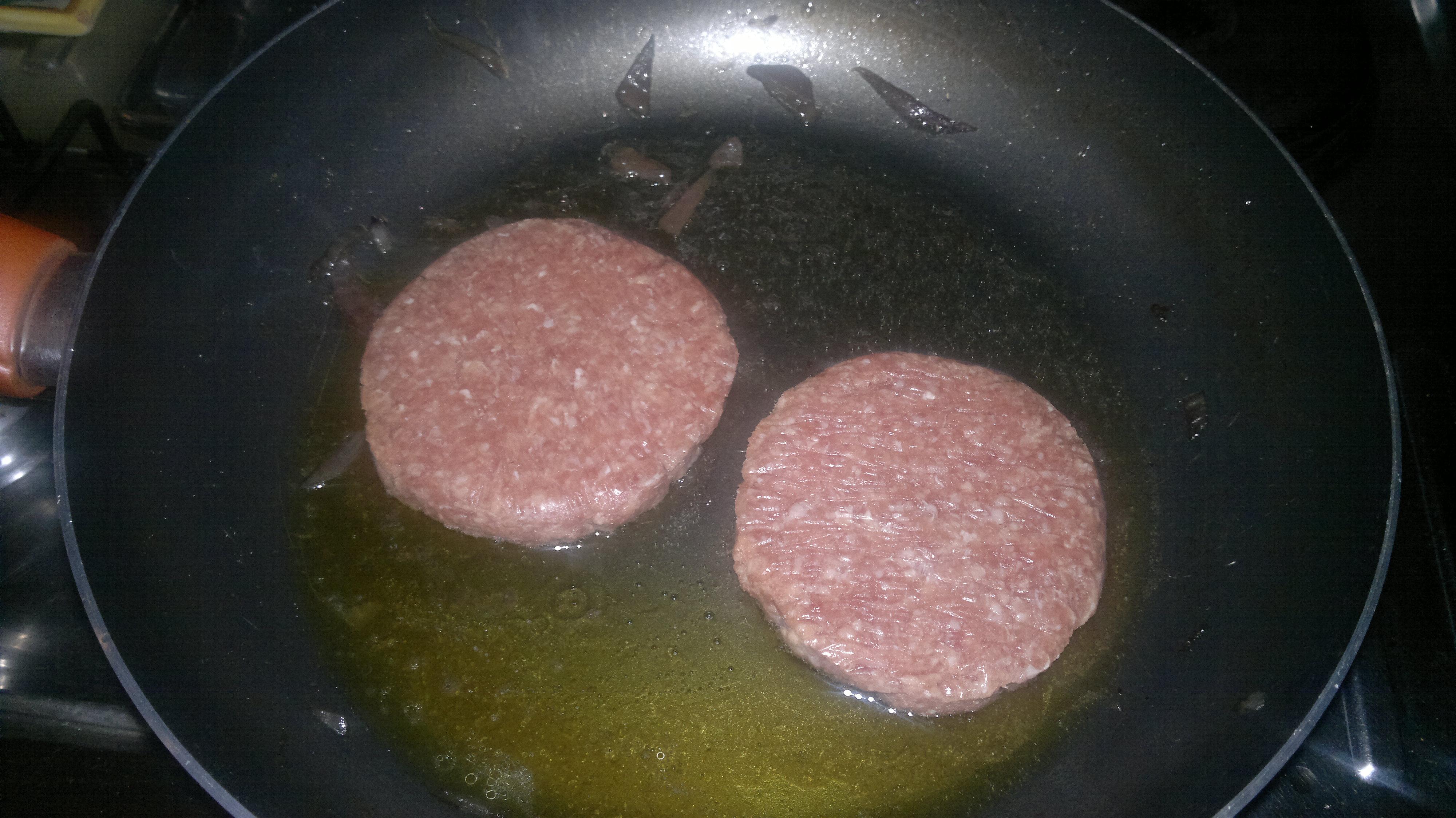 le cipolle che non avete aggiunto in padella si possono metter dopo o mangiarle con del panecome faccio sempre io
