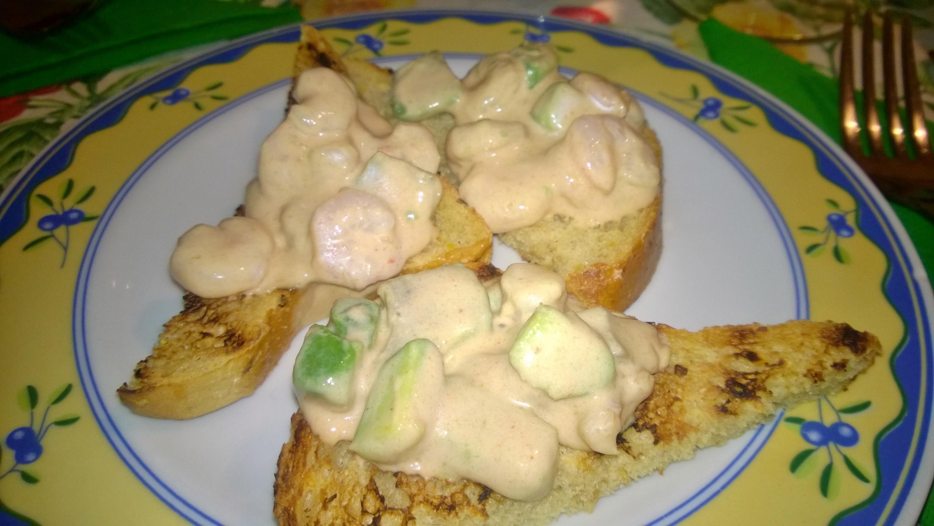 bruschette con salsa ai gmberetti e avocado