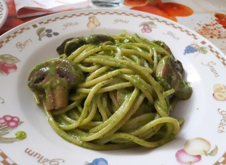 spaghetti rigati con pesto di rucola e funghi