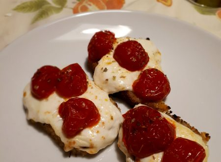 crostini con primo sale e pomodorini